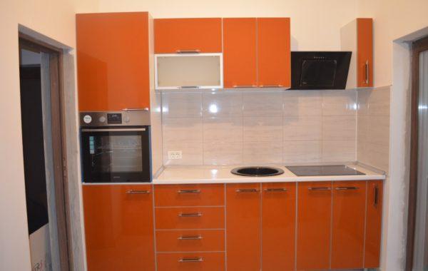 Mobilier de bucatarie cu fronturi din MDF portocaliu lucios