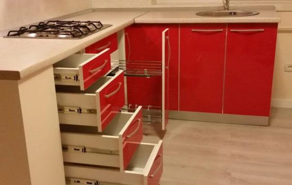 Mobilier de bucatarie cu fronturi de MDF rosu